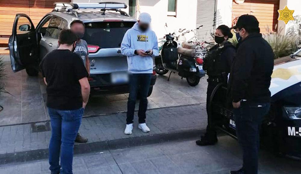Policías ayudan a familiares de  joven reportado como no localizado