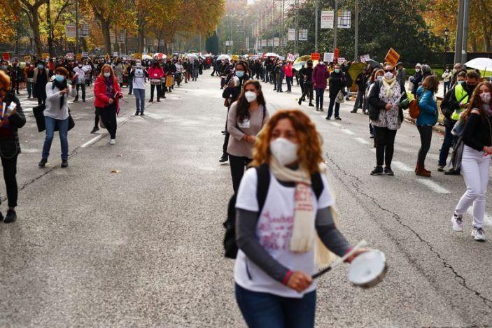 Personal médico español sale a las calles a protestar