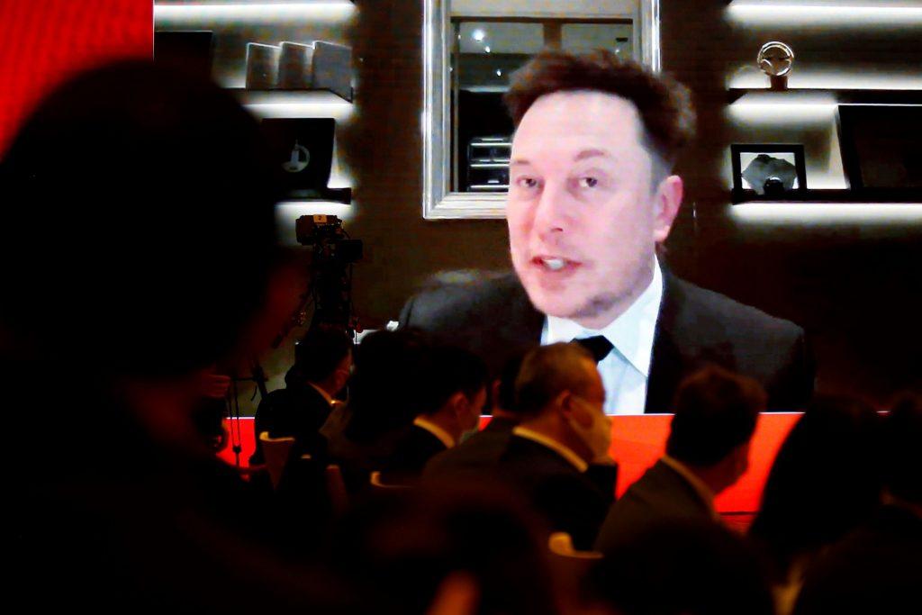 Musk niega espionaje de autos Tesla