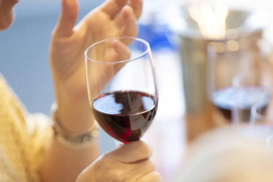 ¿Se puede tomar alcohol después de la vacuna para COVID-19?