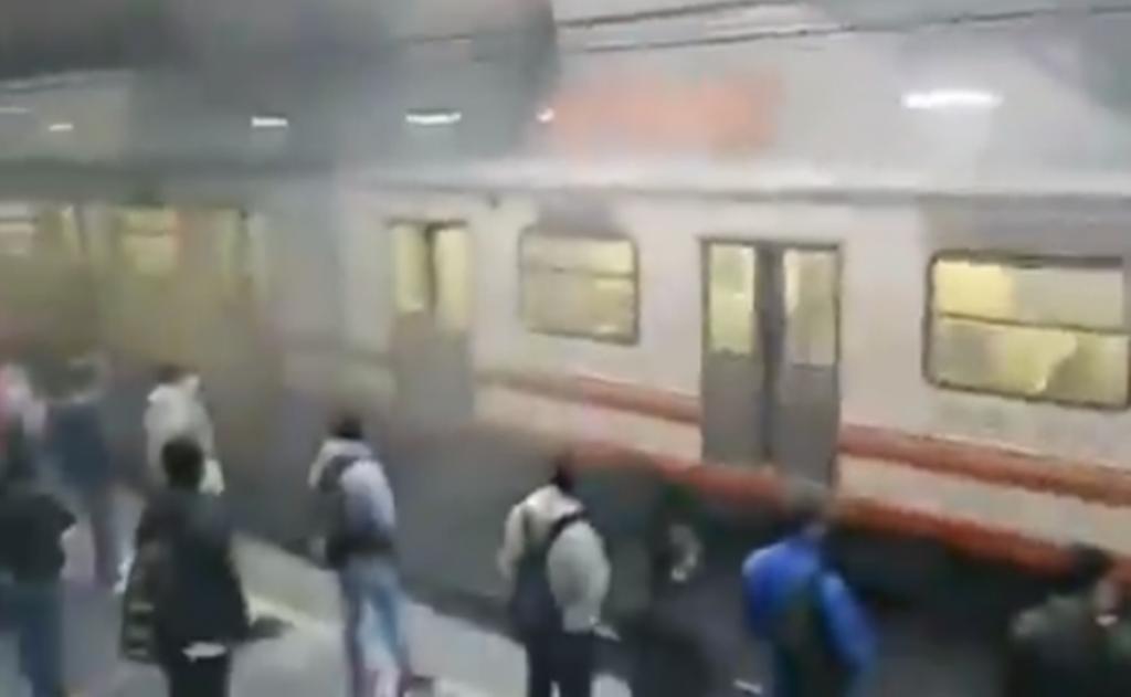 Usuarios del metro en la CDMX reportan humo en los andenes de la estación Pantitlán