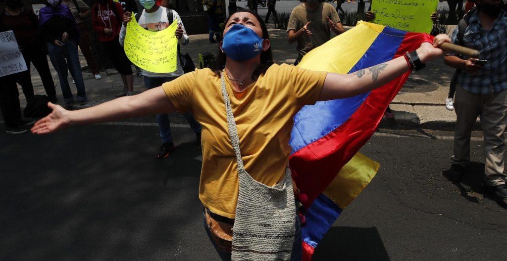 Protestas afuera de embajada colombiana en México.