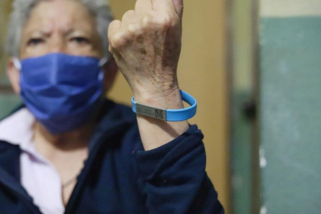 Continúa la entrega de brazaletes de ubicación para adultos mayores